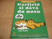 Garfield si dává do nosu komiks